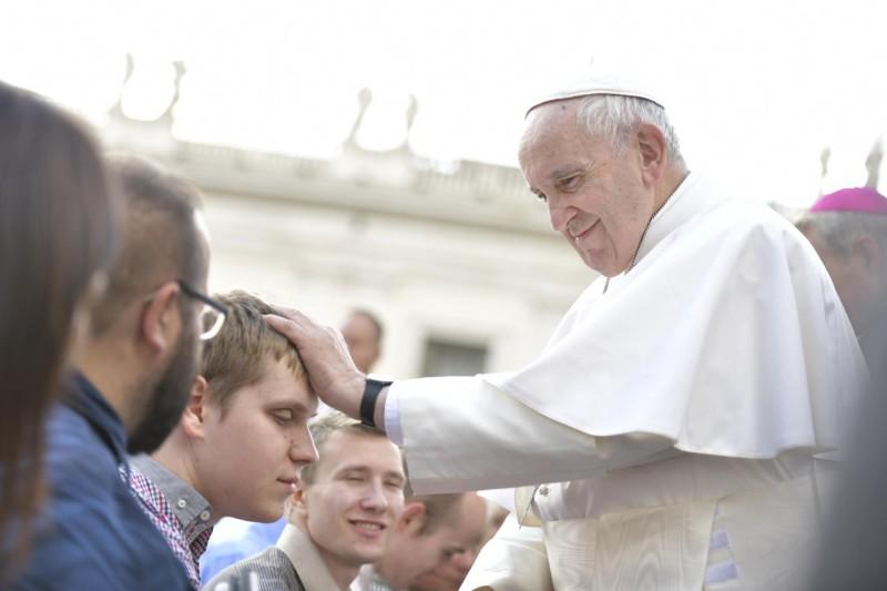 El Santo Padre bendice a los jóvenes © Vatican Media