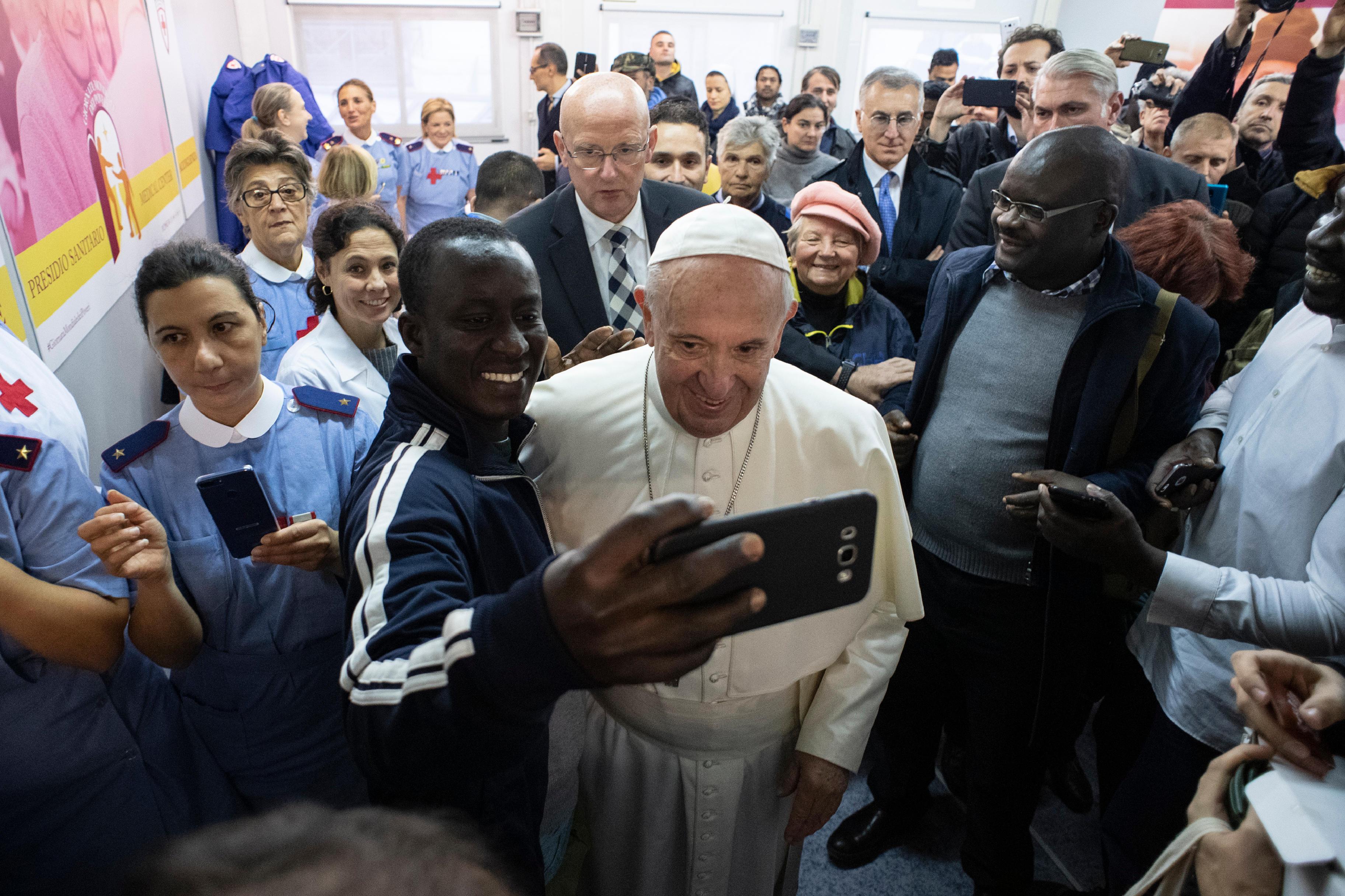 El Papa se hace fotos con algunas personas atendidas © Vatican Media