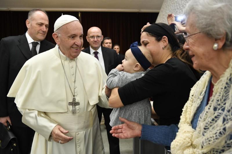 Francisco mira a una anciana al llegar al Aula Pablo VI © Vatican Media