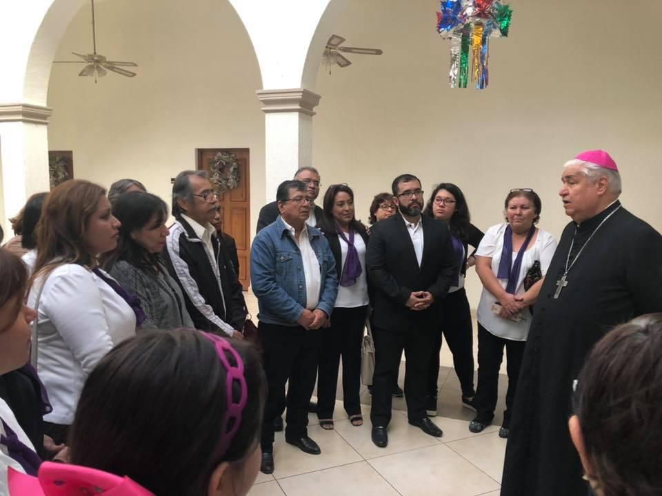 Mons. Rogelio Cabrera López se encuentra con un grupo de familia mexicanas © Facebook Arzobispo de Monterrey