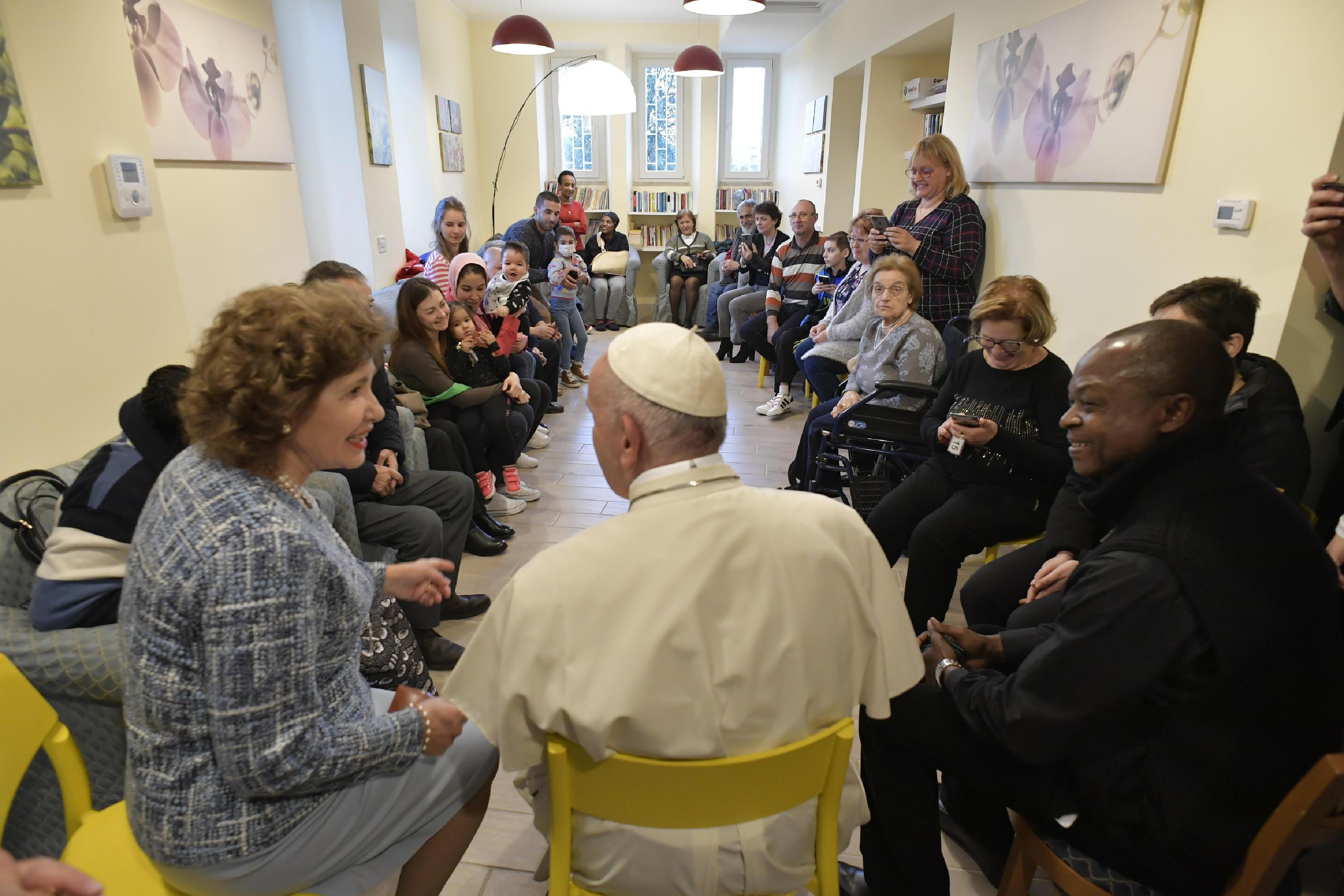 Francisco ha visitado a los enfermos de 'CasAmica onlus' © Vatican Media