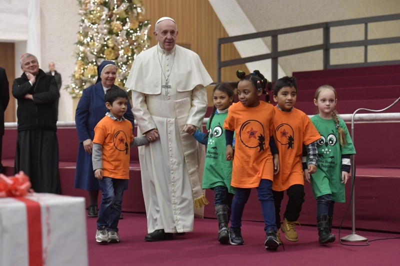 El Papa Francisco con los niños del dispensario Santa Marta © Vatican Media