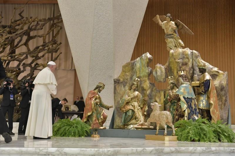 El Papa ante el Nacimiento de la sala Pablo VI © Vatican Media