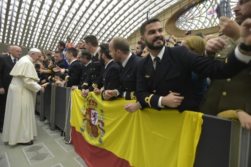 Peregrinos españoles esperan el saludo del Santo Padre © Vatican Media