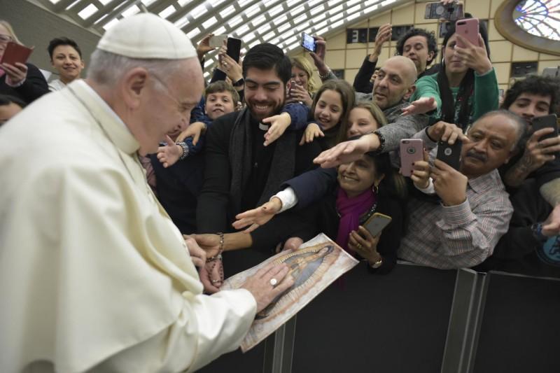 Peregrinos entregan al Papa una imagen de la Virgen de Guadalupe © Vatican Media