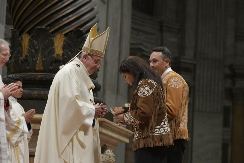 Francisco recibe las ofrendas de una pareja de mexicanos © Vatican Media
