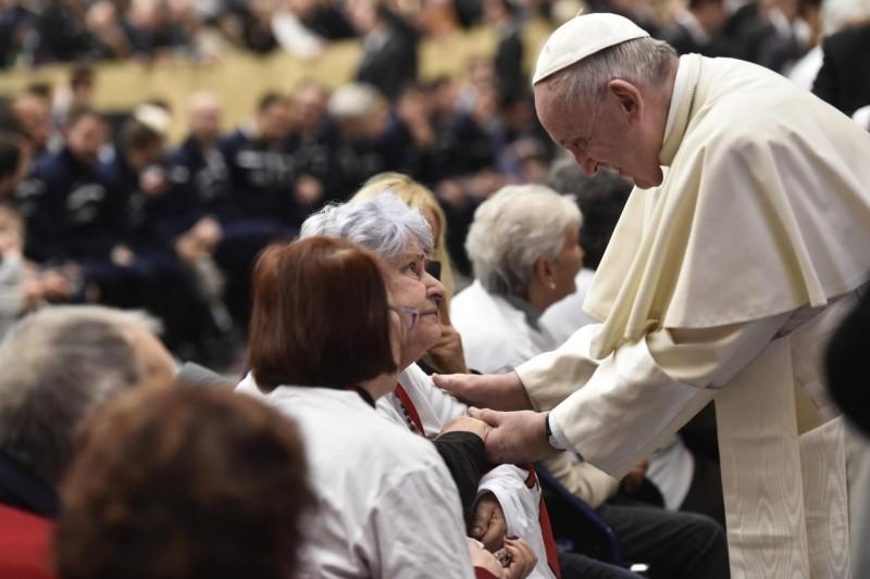 El Papa dedica un tiempo para bendecir a los ancianos © Vatican Media