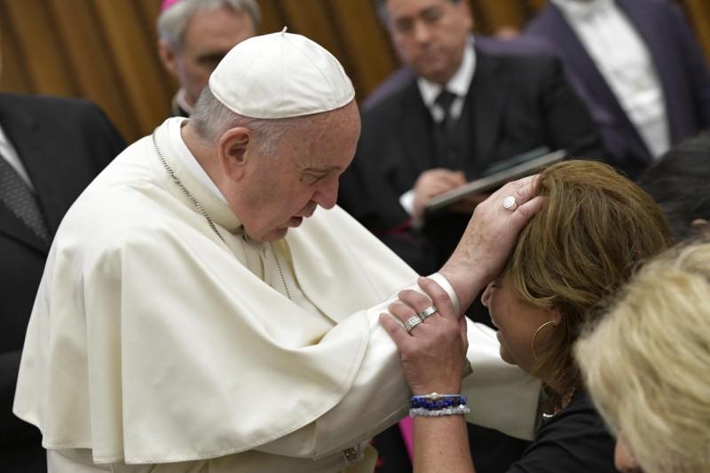 Francisco bendice a una persona enferma en la audiencia general © Vatican Media