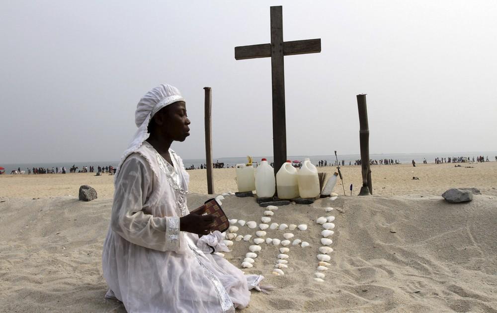 Mujer nigeriana ante cruz cristiana © Foros de la Virgen