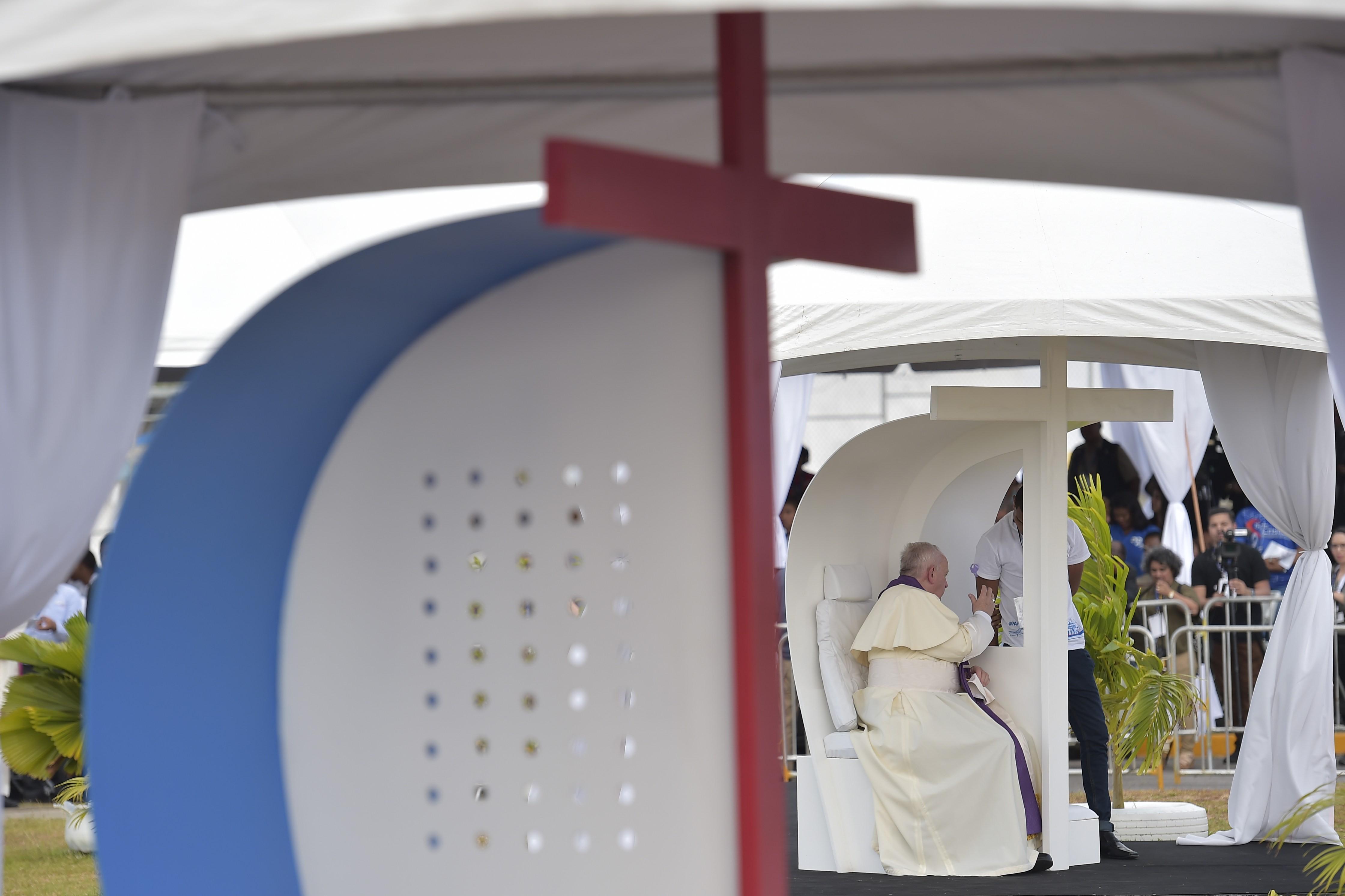 Un joven infractor panameño se confiesa con el Papa © Vatican Media