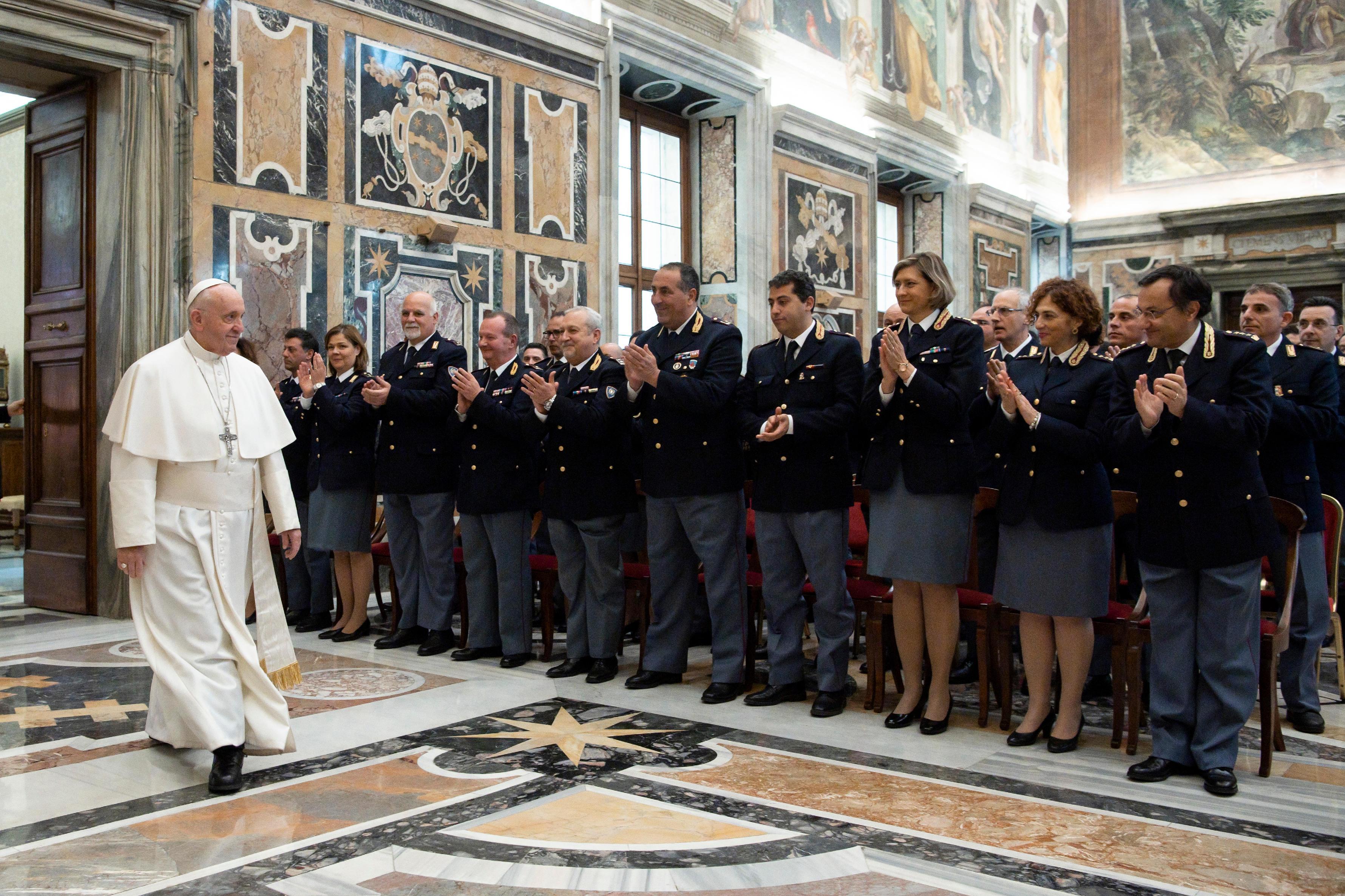El Papa saluda a las personas de Inspección de Seguridad en el Vaticano © Vatican Media