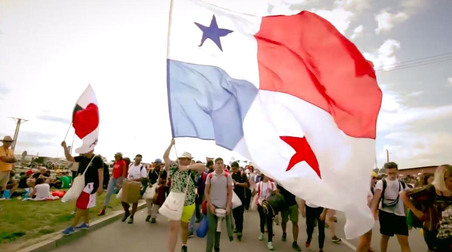 Jóvenes con la bandera de Panamá. Captura de pantalla Yotube