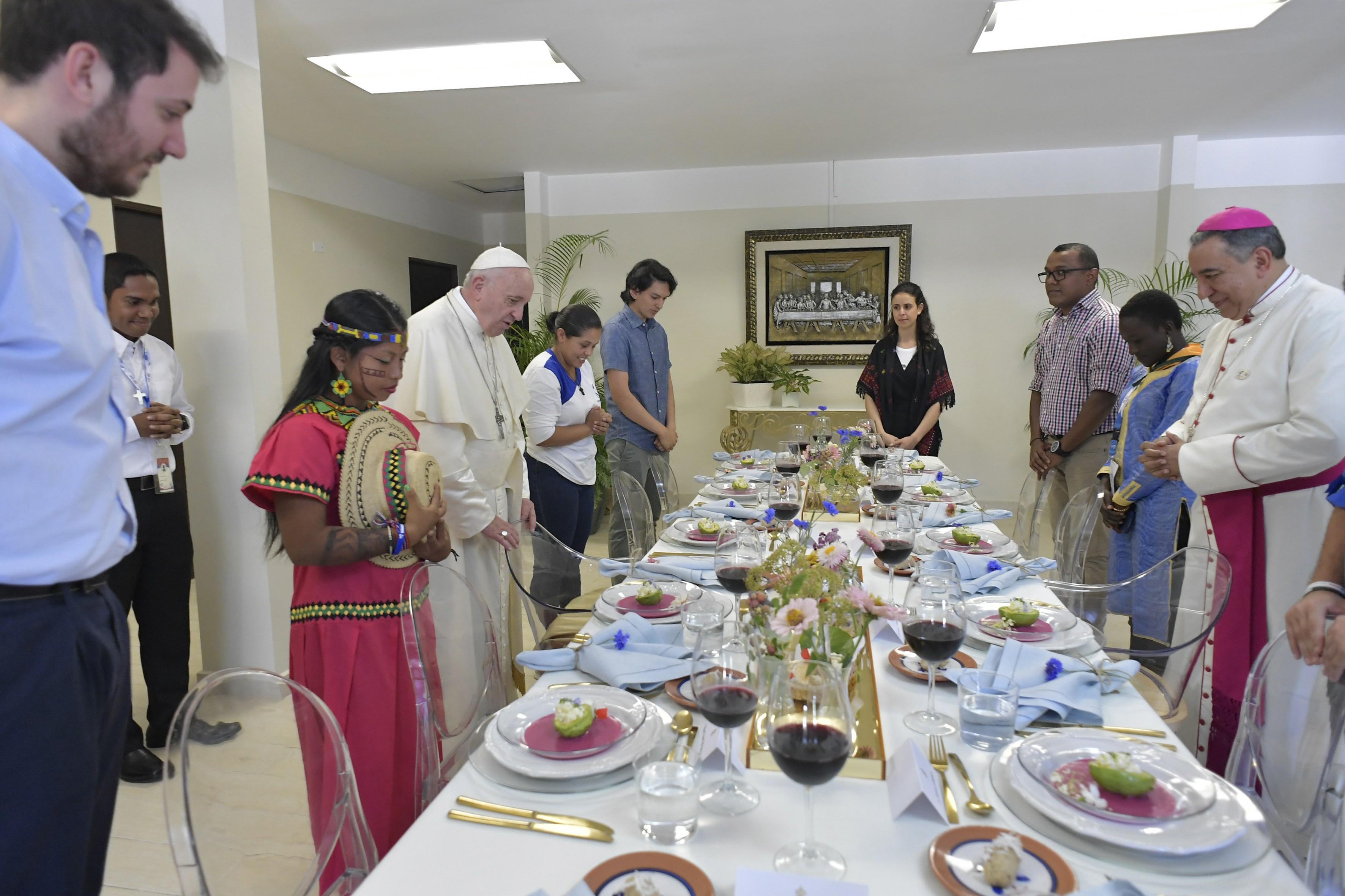 Almuerzo del Papa con 10 jóvenes de 5 continentes © Vatican Media