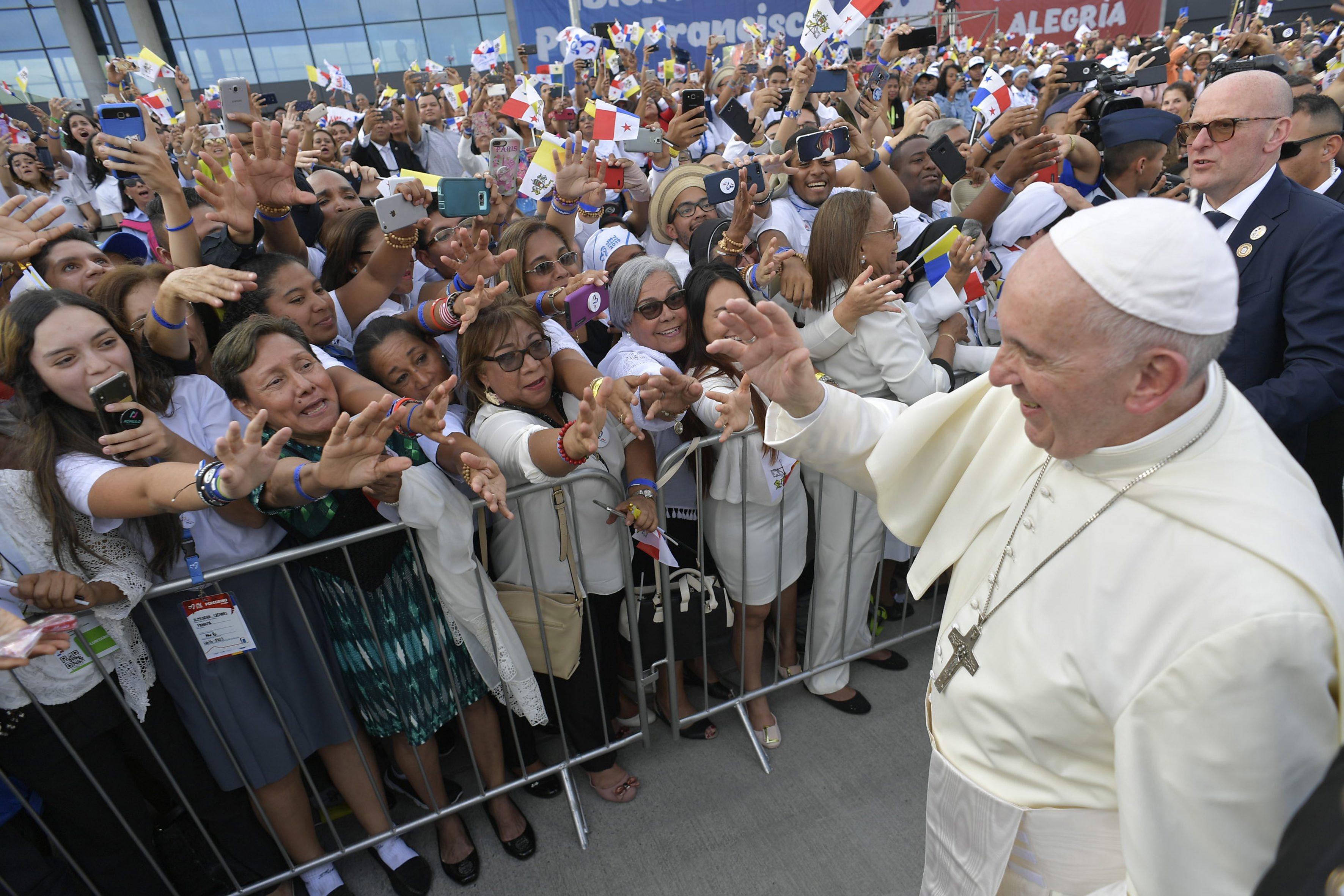 El Papa se acerca a los fieles presentes en el Aeropuerto de Tocumen, en Panamá © Vatican Media