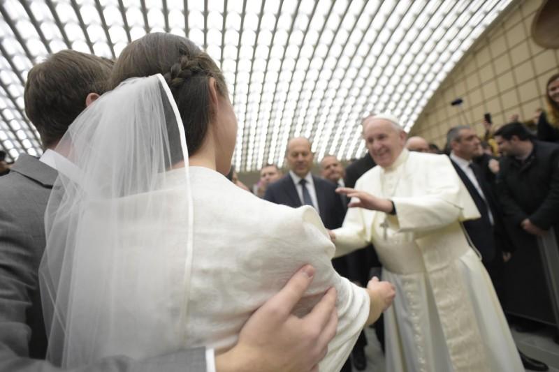 El Santo Padre bendice a una pareja de recién casados © Vatican Media