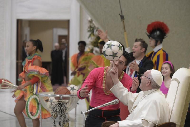 El Papa agradece a los artistas del Circo Cubano © Vatican Media