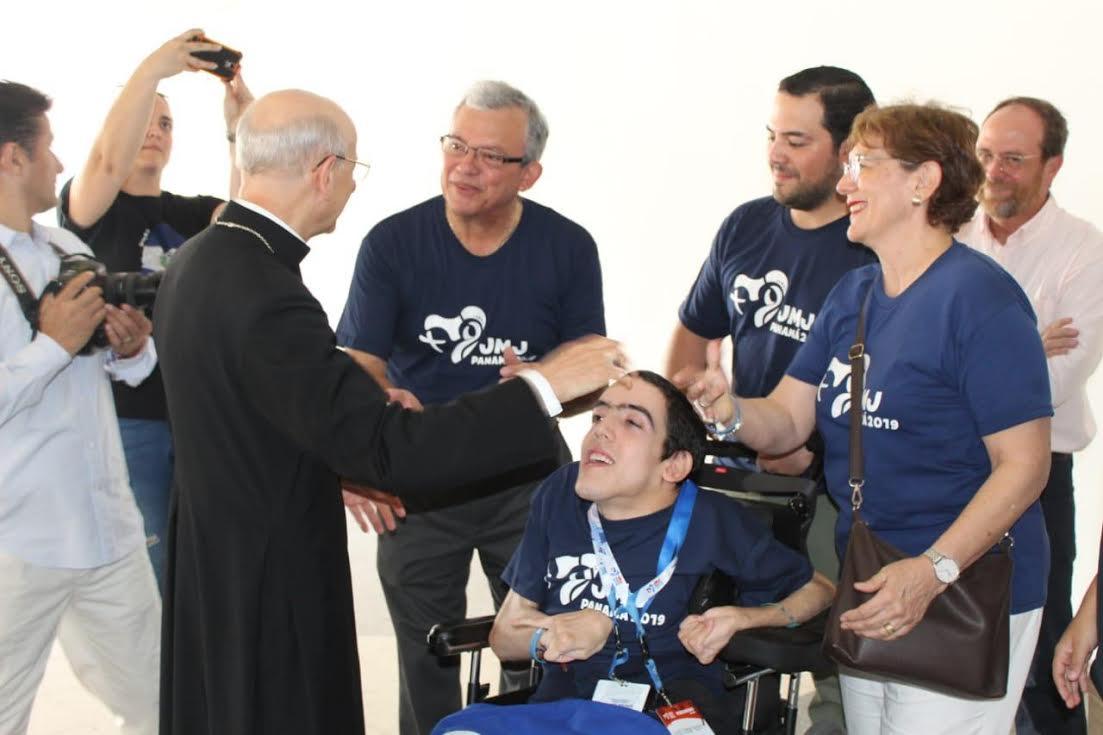 El Prelado bendice a un joven en Panamá © Opus Dei