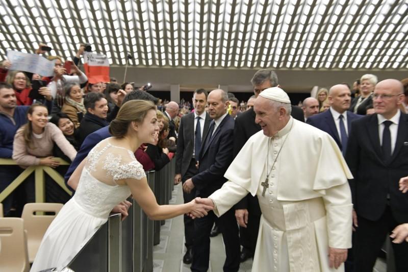 Francisco saluda a una pareja de recién casados © Vatican Media