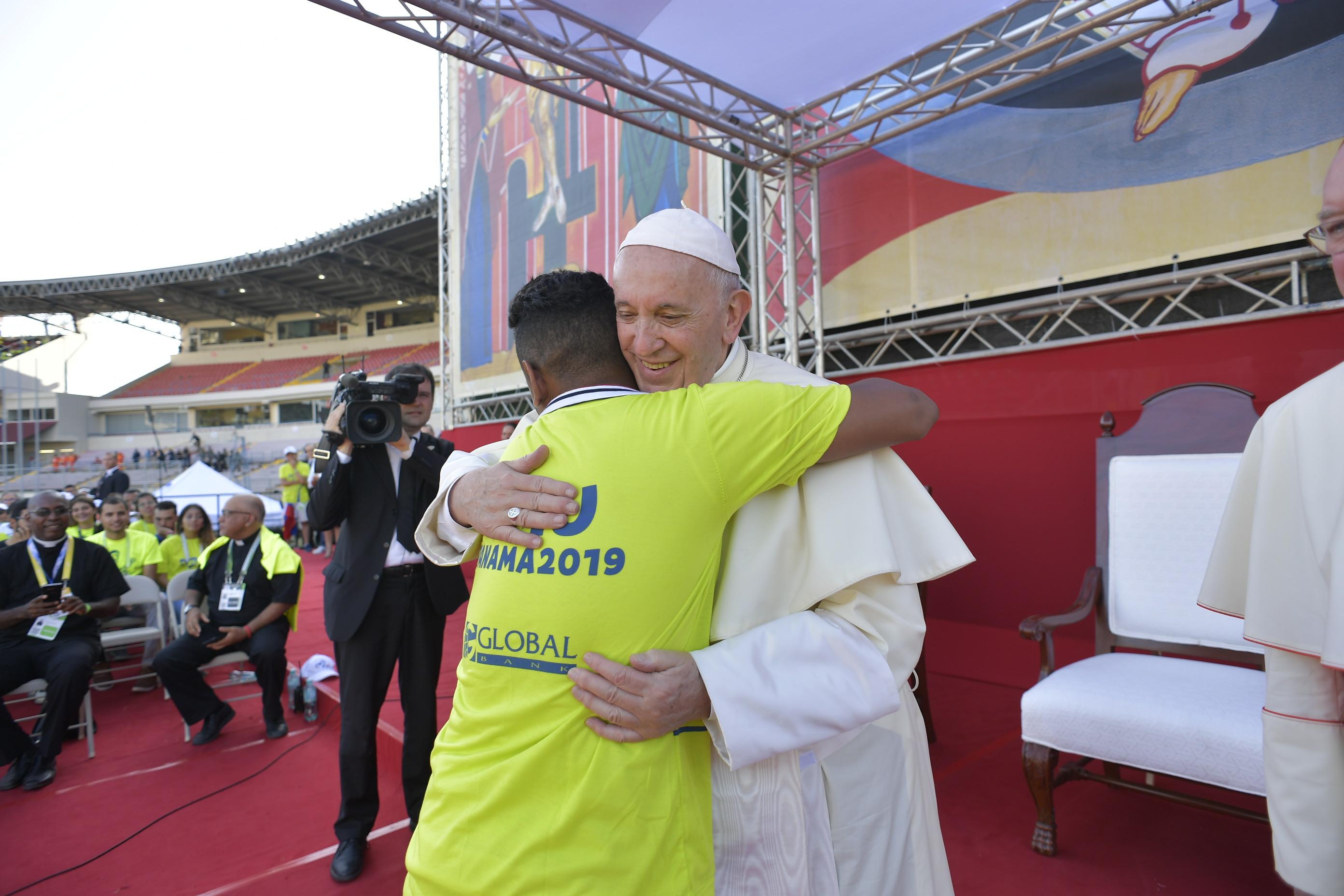 Un voluntario de la JMJ Panamá 2019 abraza al Papa © Vatican Media
