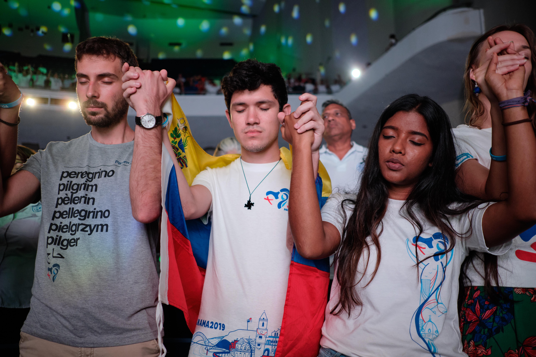 Jóvenes de diferentes países rezando en la JMJ Panamá 2019 © Cathopic
