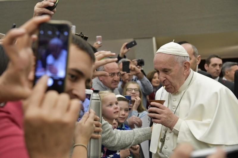 El Papa argentino bebe mate en la audiencia general, 30 enero 2019 © Vatican Media