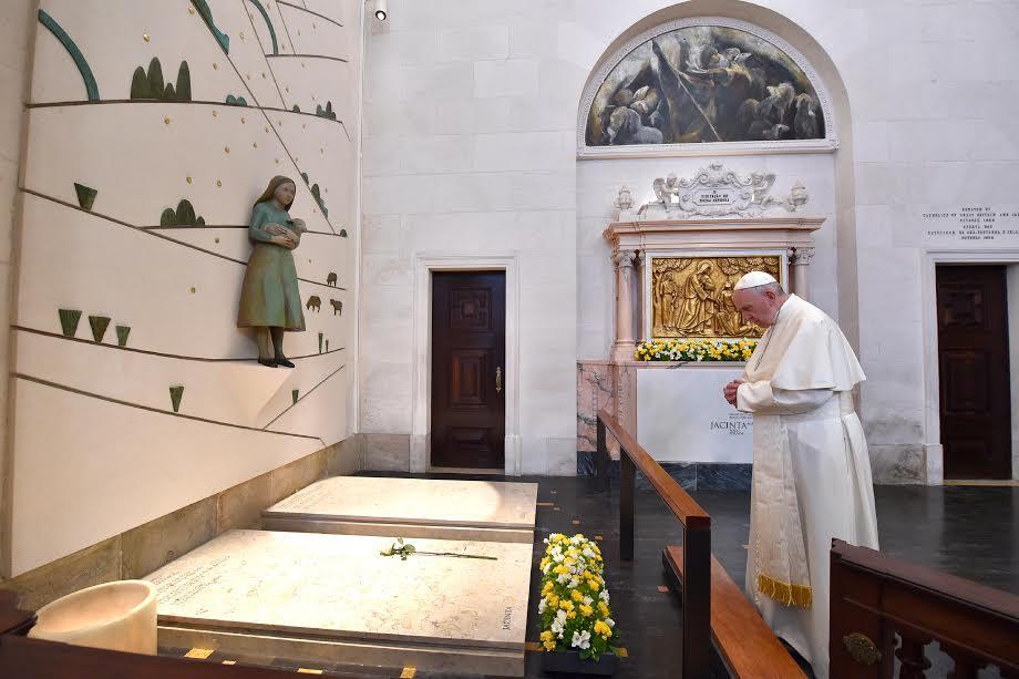 Ante Las Tumbas De Francisco Y Jacinta De Fátima © L'Osservatore Romano