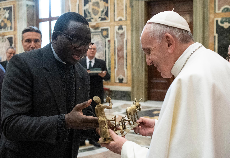 Saludo del Papa a un Misionero de África (Padre Blanco) © Vatican Media