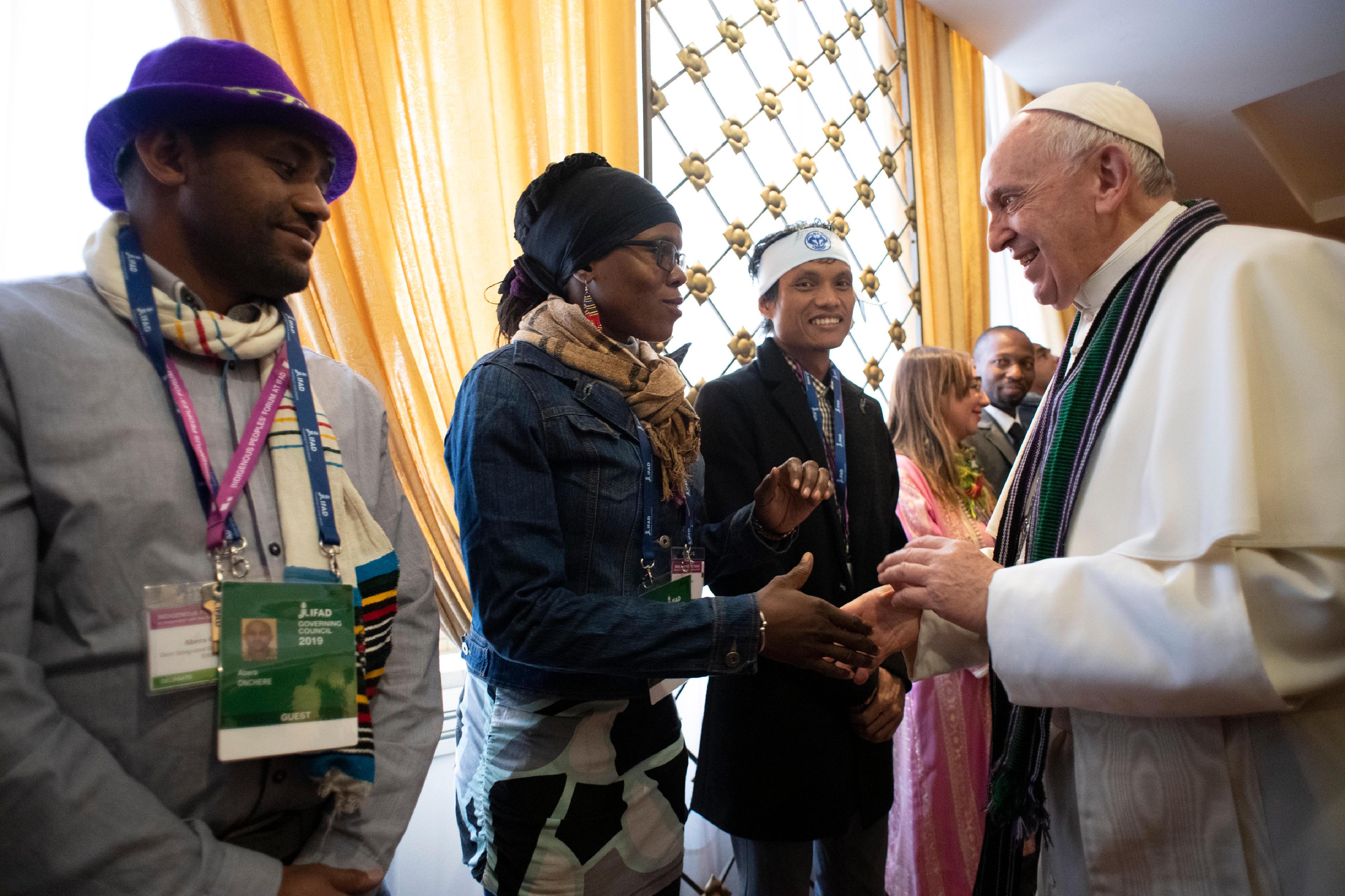 El Papa saluda a mujeres indígenas © Vatican Media