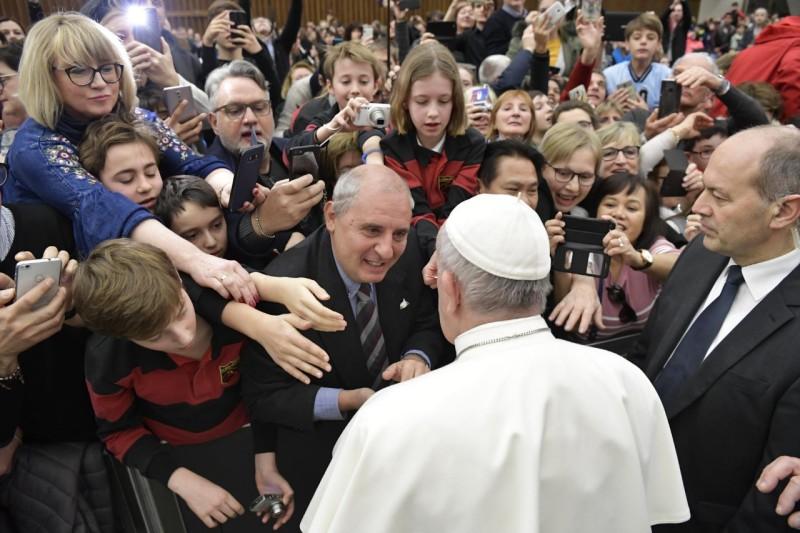 El Papa conversa con un peregrino en la audiencia general © Vatican Media