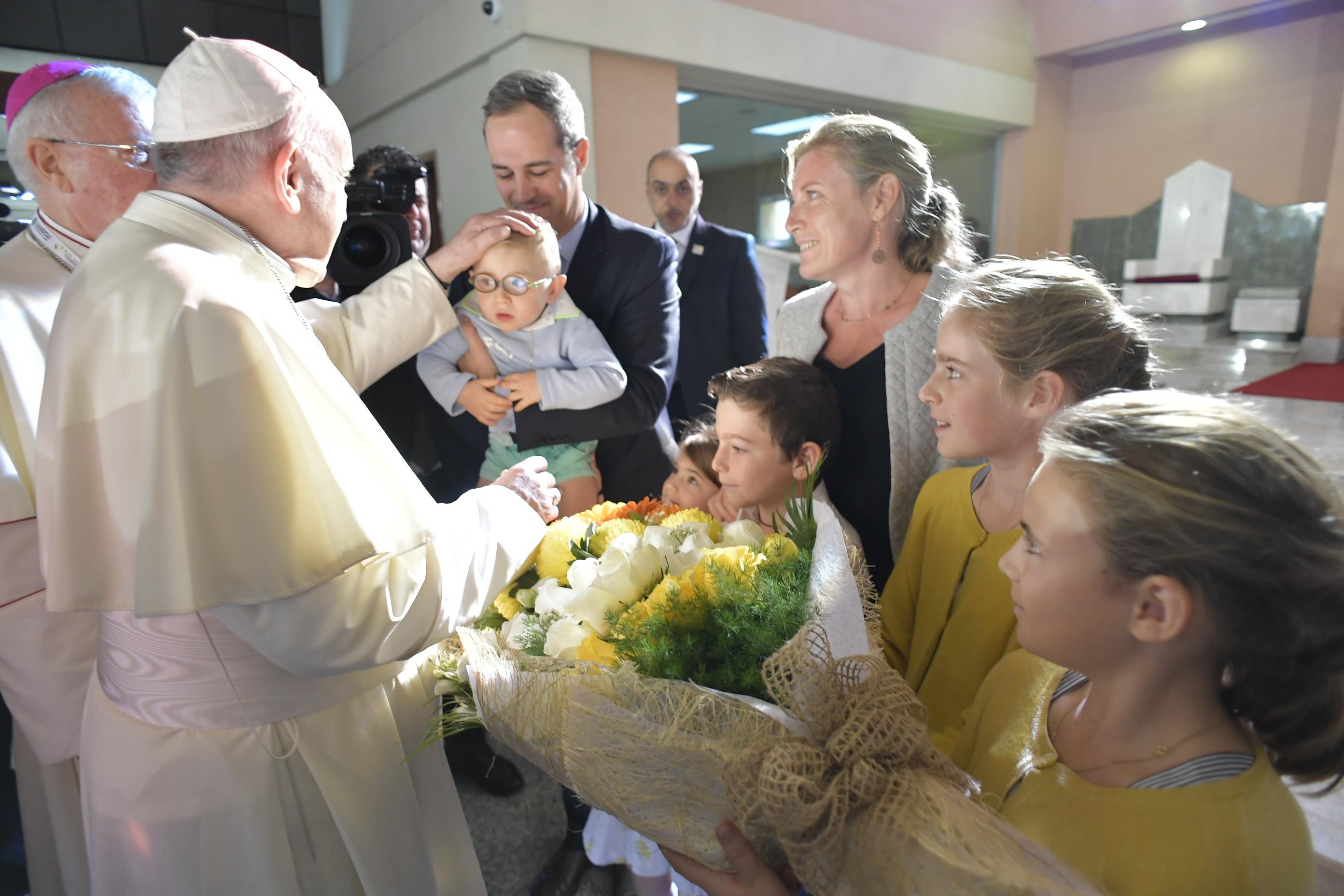 El Papa saluda a una familia en la Catedral de San José, Abu Dhabi © Vatican Media
