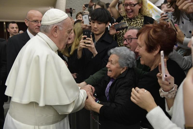 El Papa saluda a unas ancianas en la audiencia general © Vatican Media