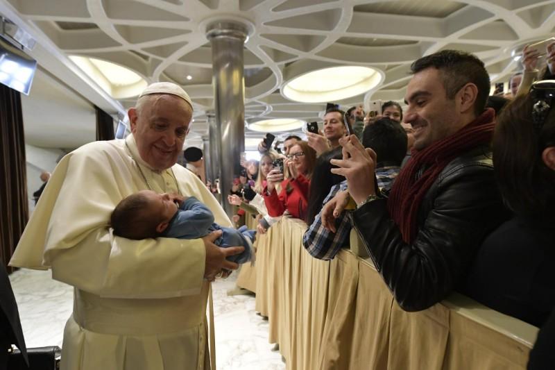 El Papa Francisco coge en brazos un bebé © Vatican Media