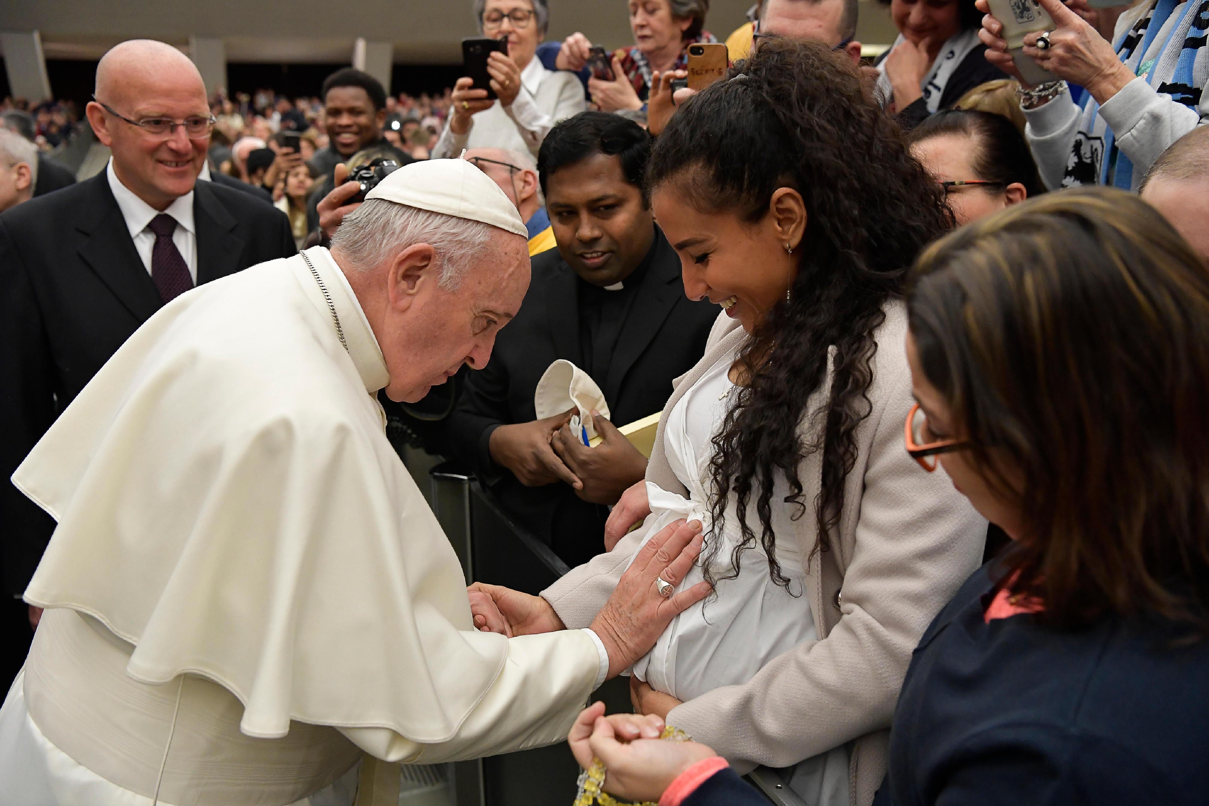 El Papa bendice el vientre de una embarazada © Vatican Media