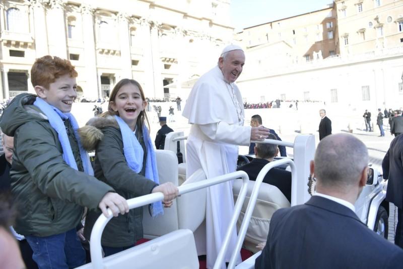 Los niños disfrutan en el papamóvil © Vatican Media