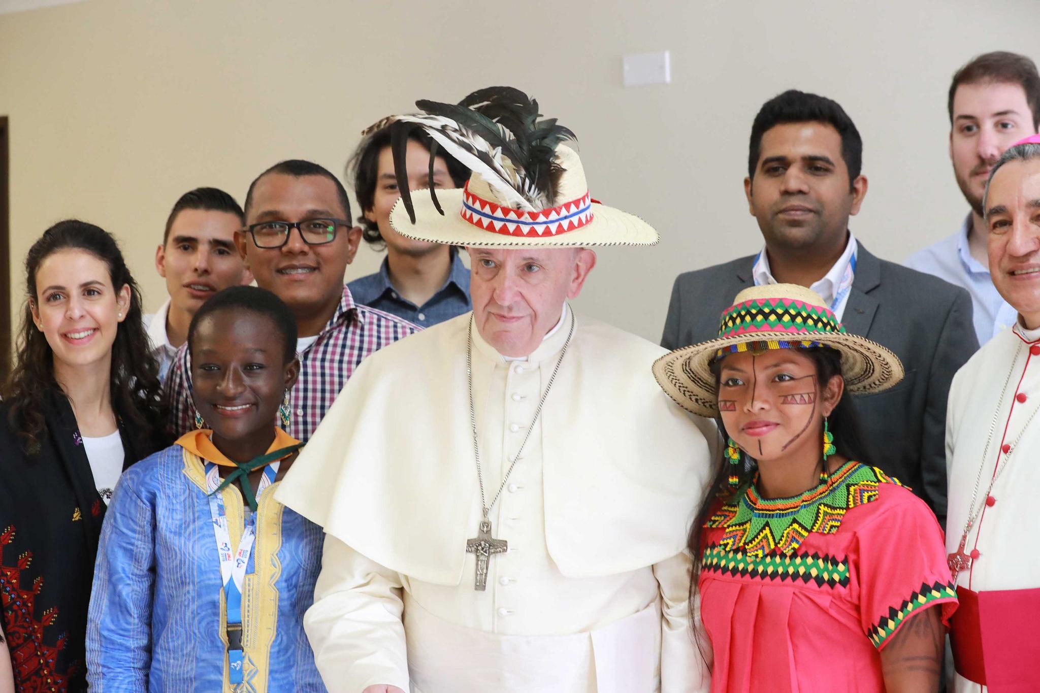 El Papa junto a una joven indígena de Panamá © JMJ Panamá 2019