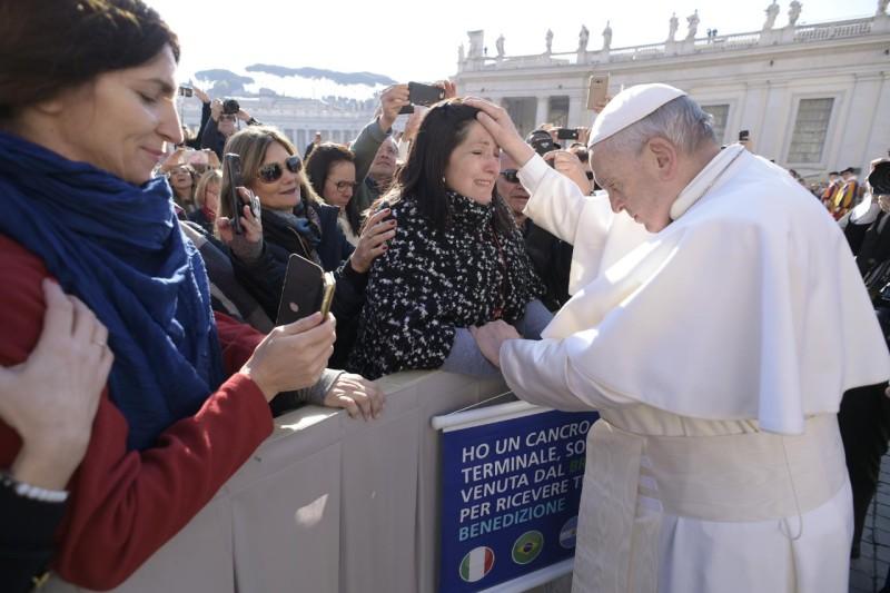 Francisco bendice a una mujer en la audiencia general © Vatican Media