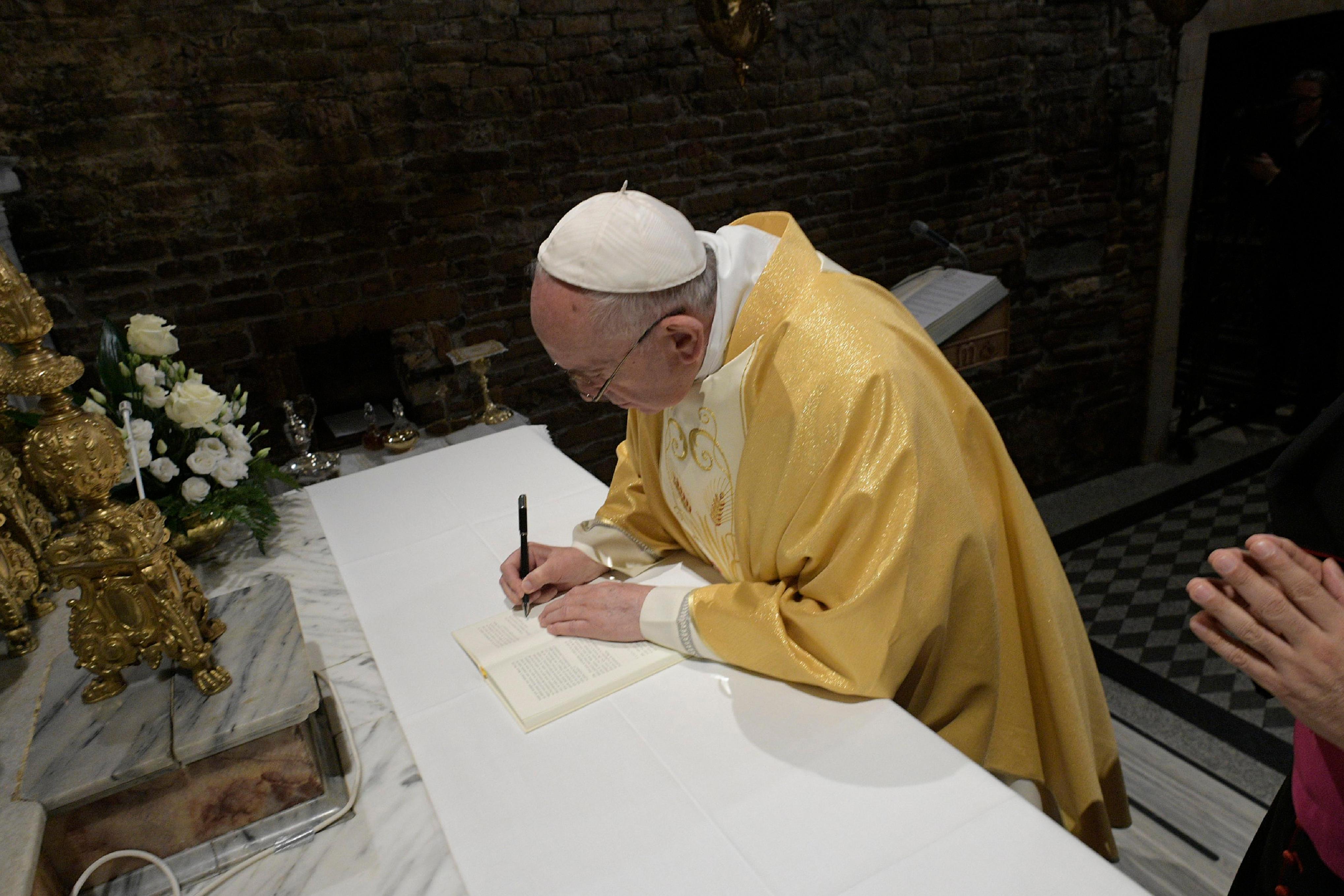 Francisco firma en Loreto la Exhortación Apostólica postsinodal dedicada a los jóvenes © Vatican Media