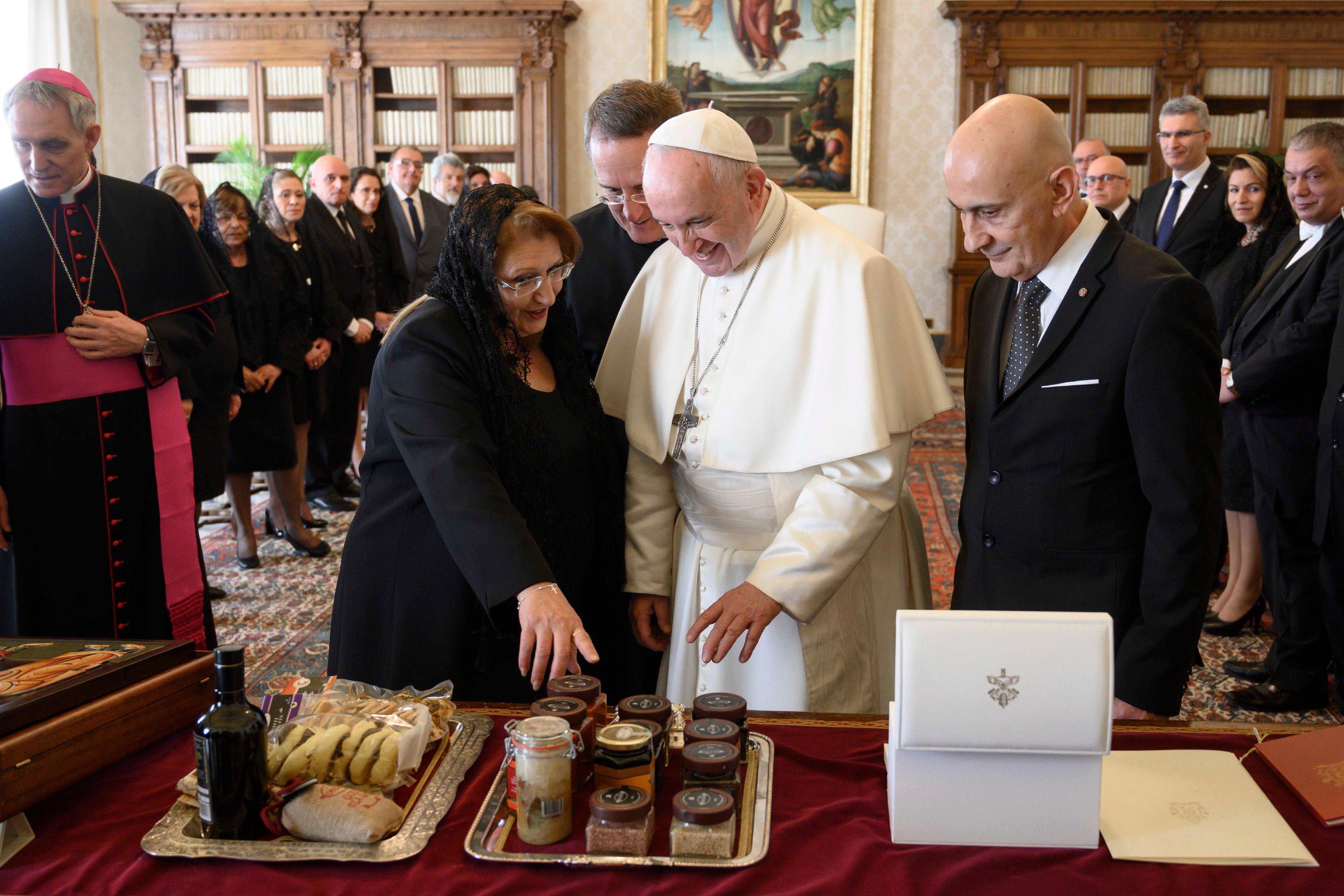 Marie-Louise Coleiro Preca muestra sus regalos al Papa © Vatican Media