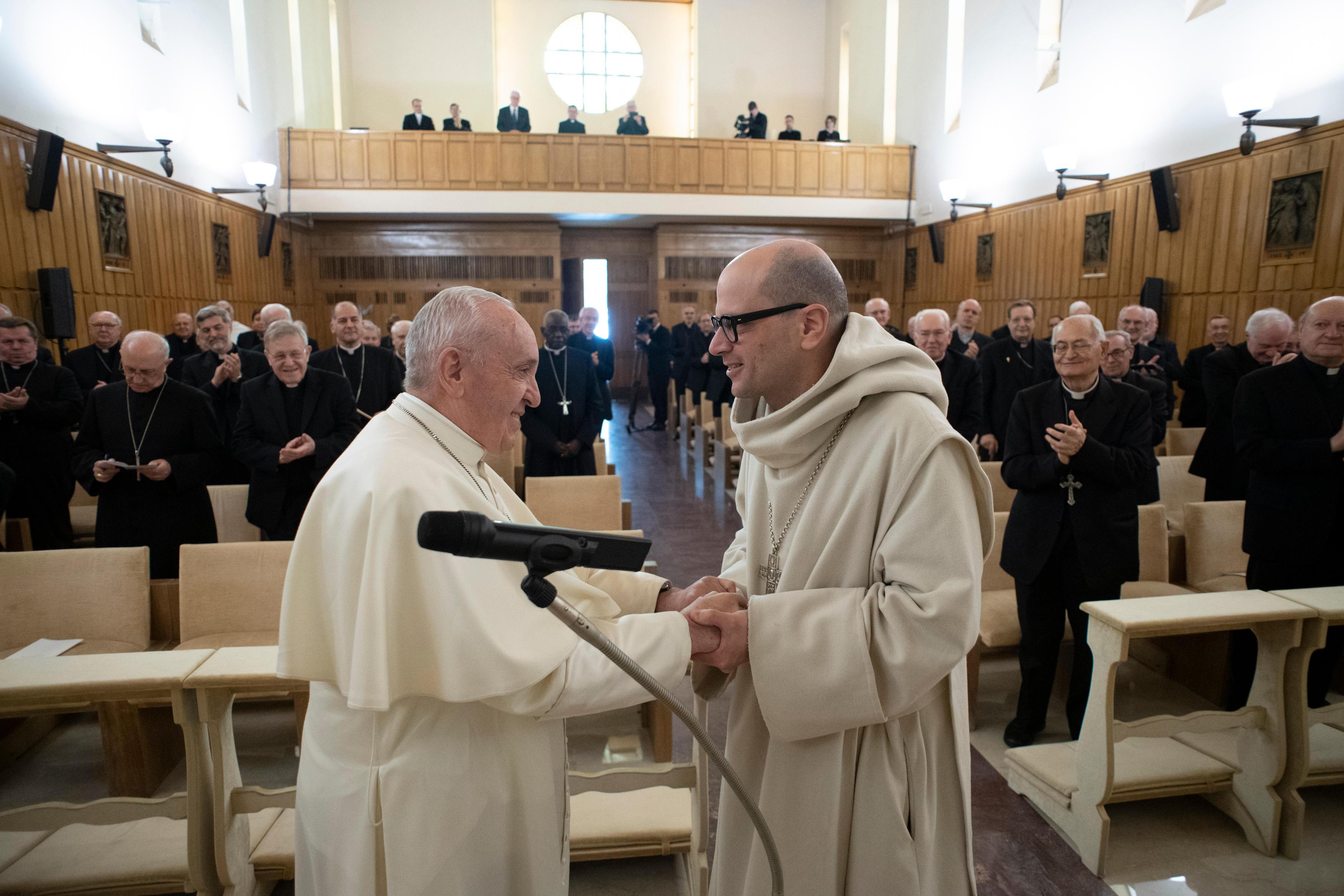 Gesto de agradecimiento del Papa al predicador de los ejercicios © Vatican Media