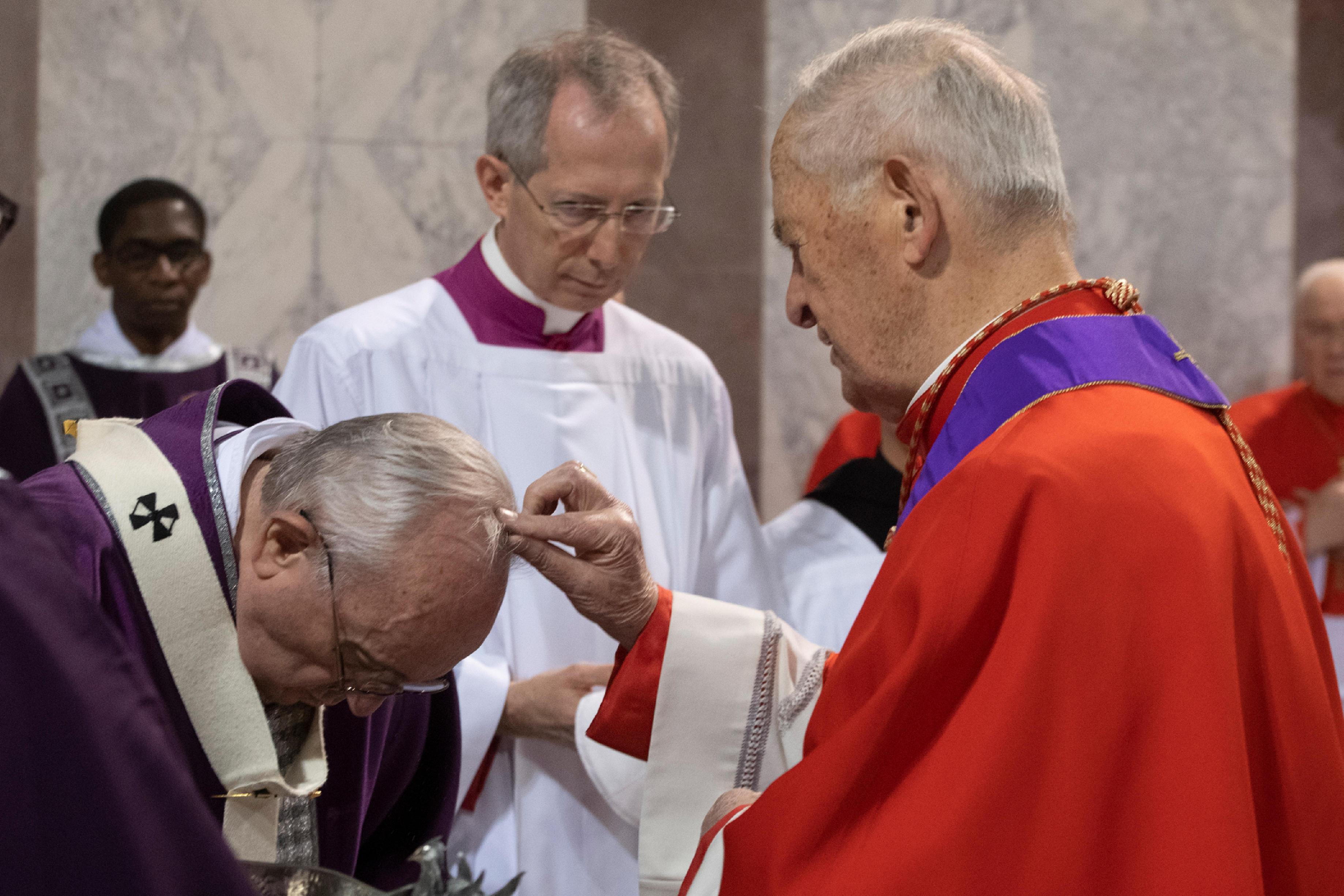 El Papa se impone la ceniza de Cuaresma © Vatican Media