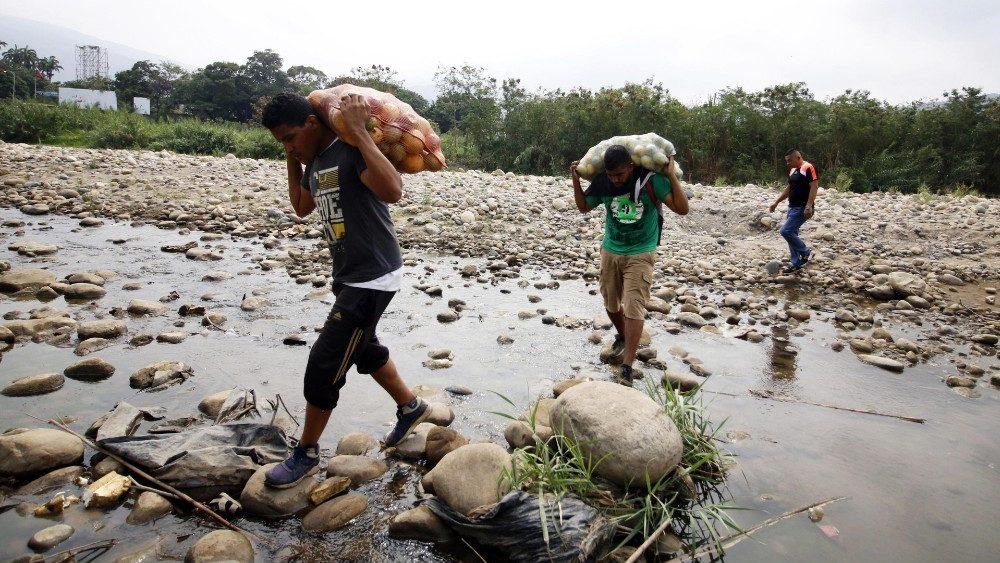 Venezolanos atraviesan la frontera a Colombia © Vatican News