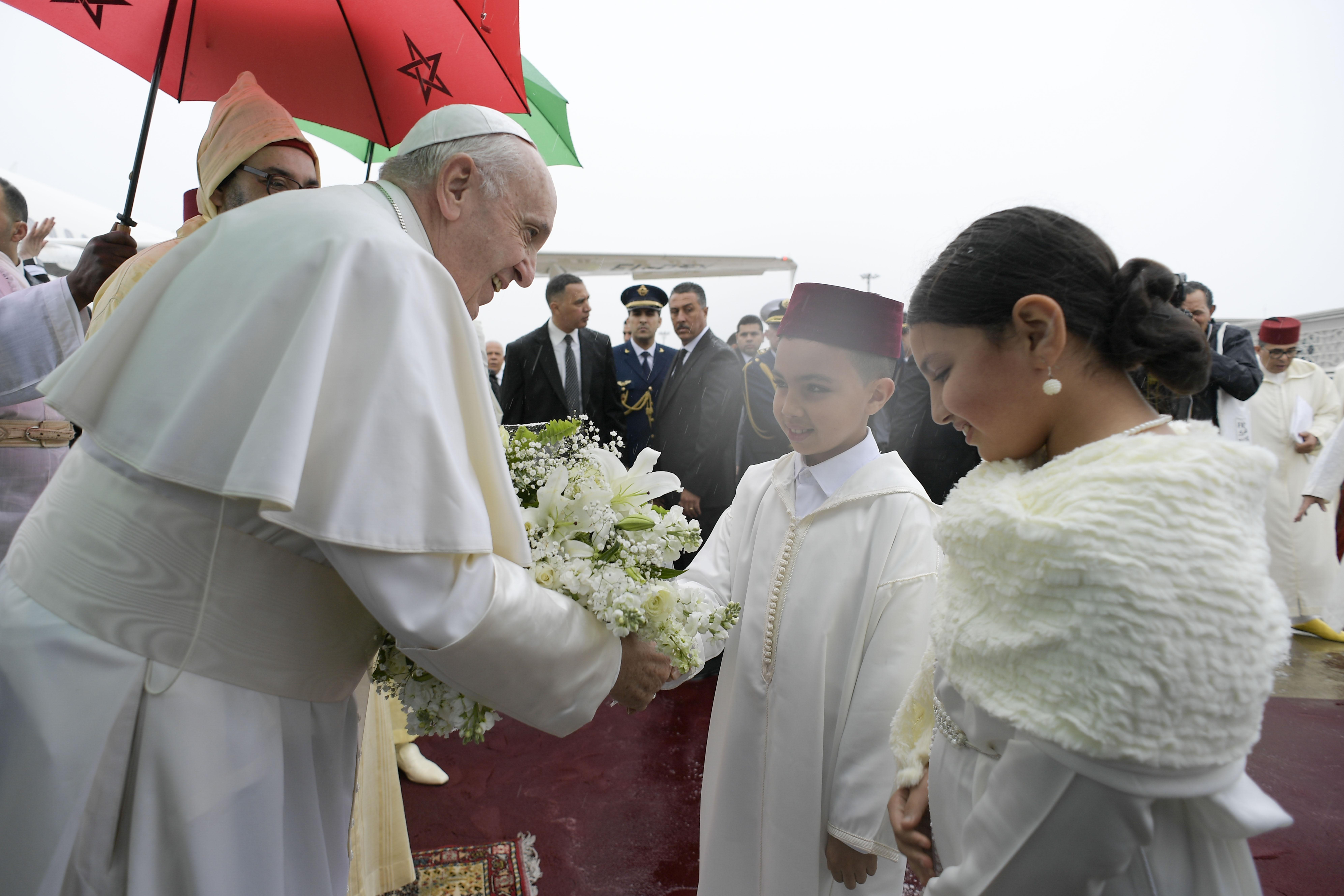 Unos niños dan la bienvenida al Papa en Marruecos © Vatican Media