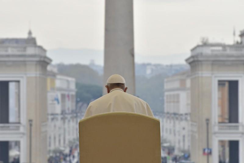 El Papa ofrece la catequesis en la plaza de San Pedro © Vatican Media