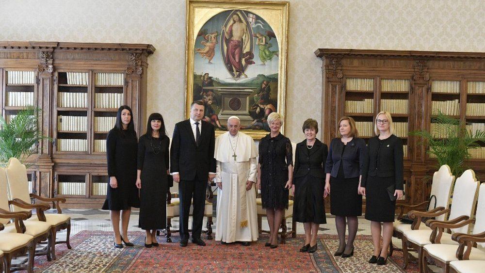 El Papa recibe al presidente de Letonia y a su delegación © Vatican Media