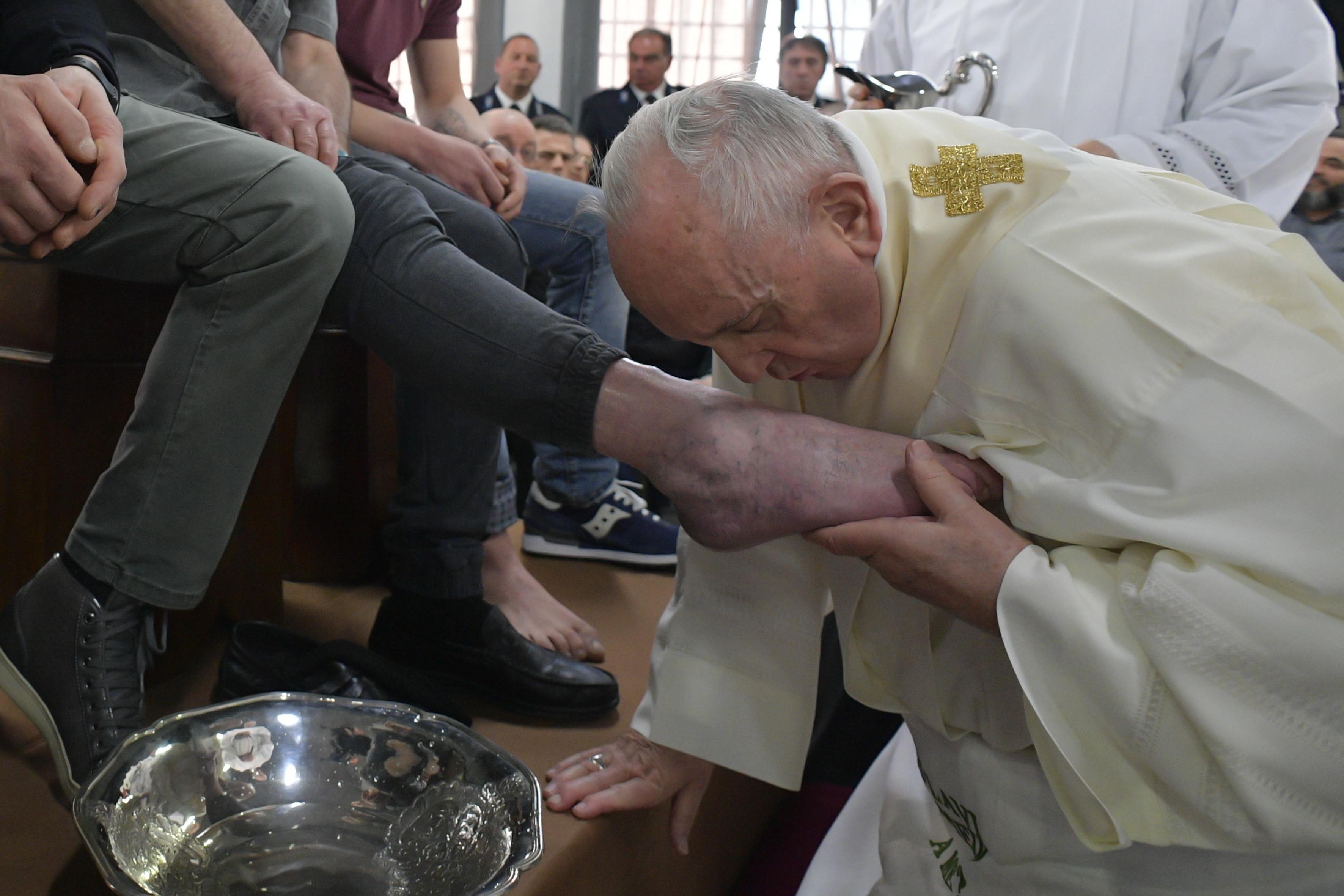 Francisco besa el pie de un preso de Velletri, Roma, el Jueves Santo, 18 abril 2019 © Vatican Media