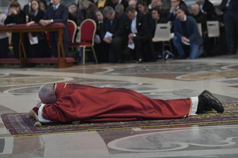 El Papa se postra como signo de duelo por la muerte de Cristo © Vatican Media