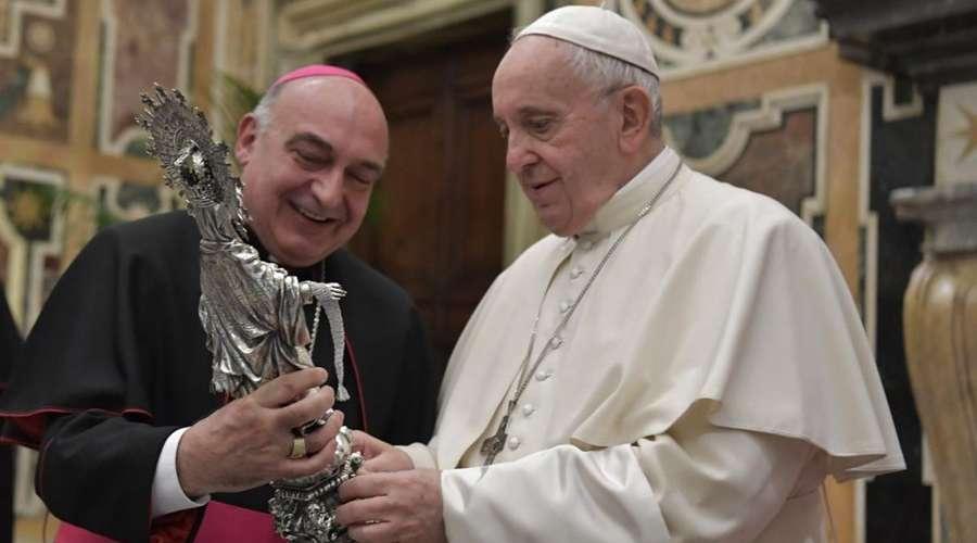 Mons. Enrique Benavent enseña la imagen de la Virgen de la Cinta al Papa © Vatican Media