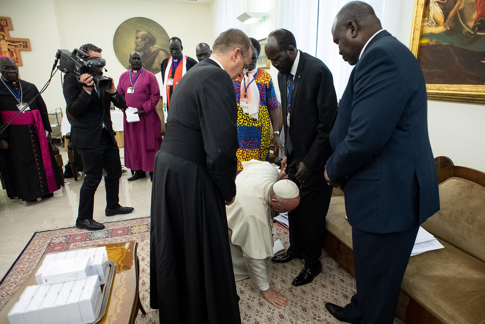 El Papa se arrodilla y besa los pies de los líderes de Sudán del Sur, comprometidos con la paz © Vatican Media