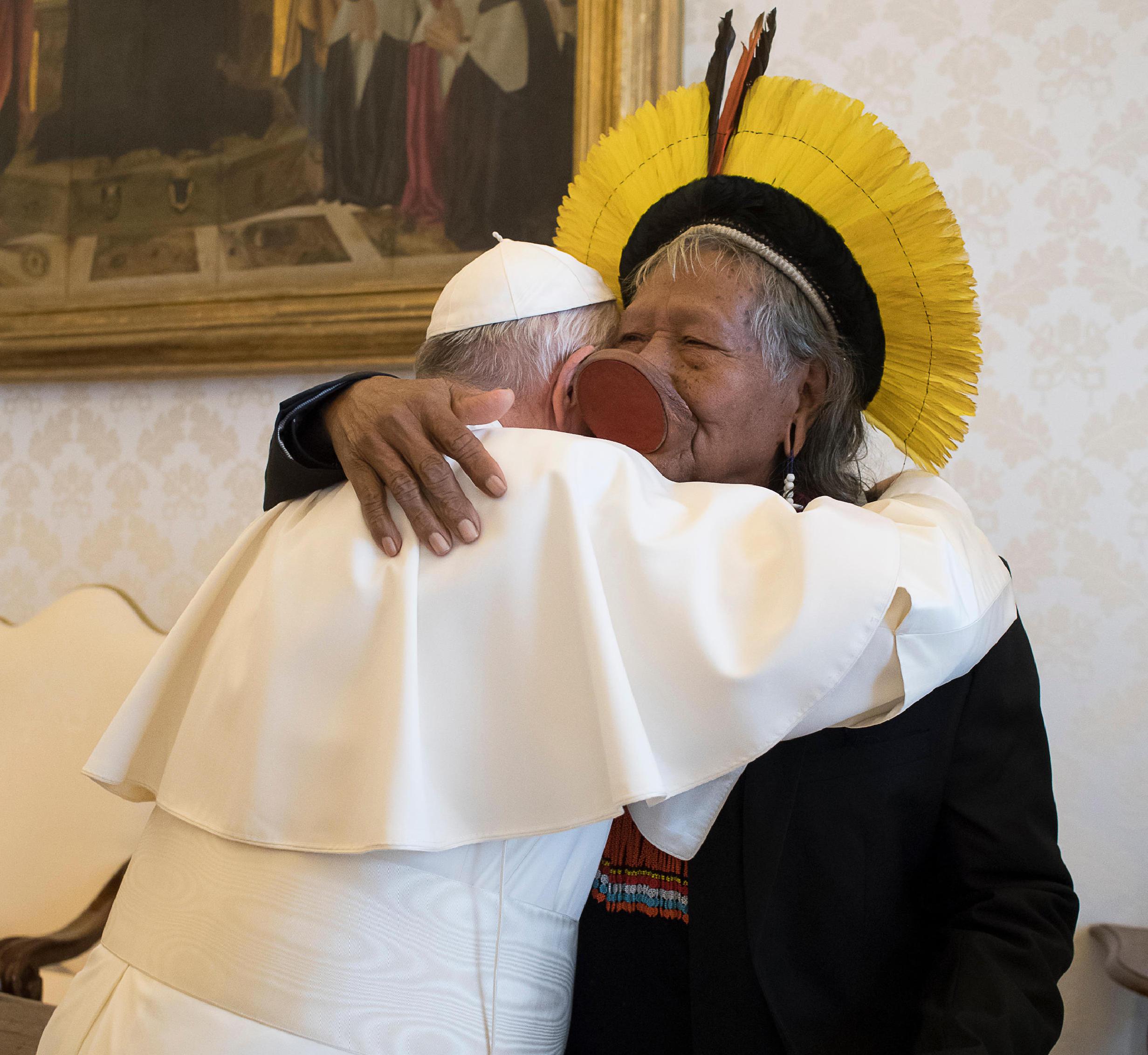 El Papa abraza el líder amazónico Roani, de la tribu brasileña Kayapó © Vatican Media