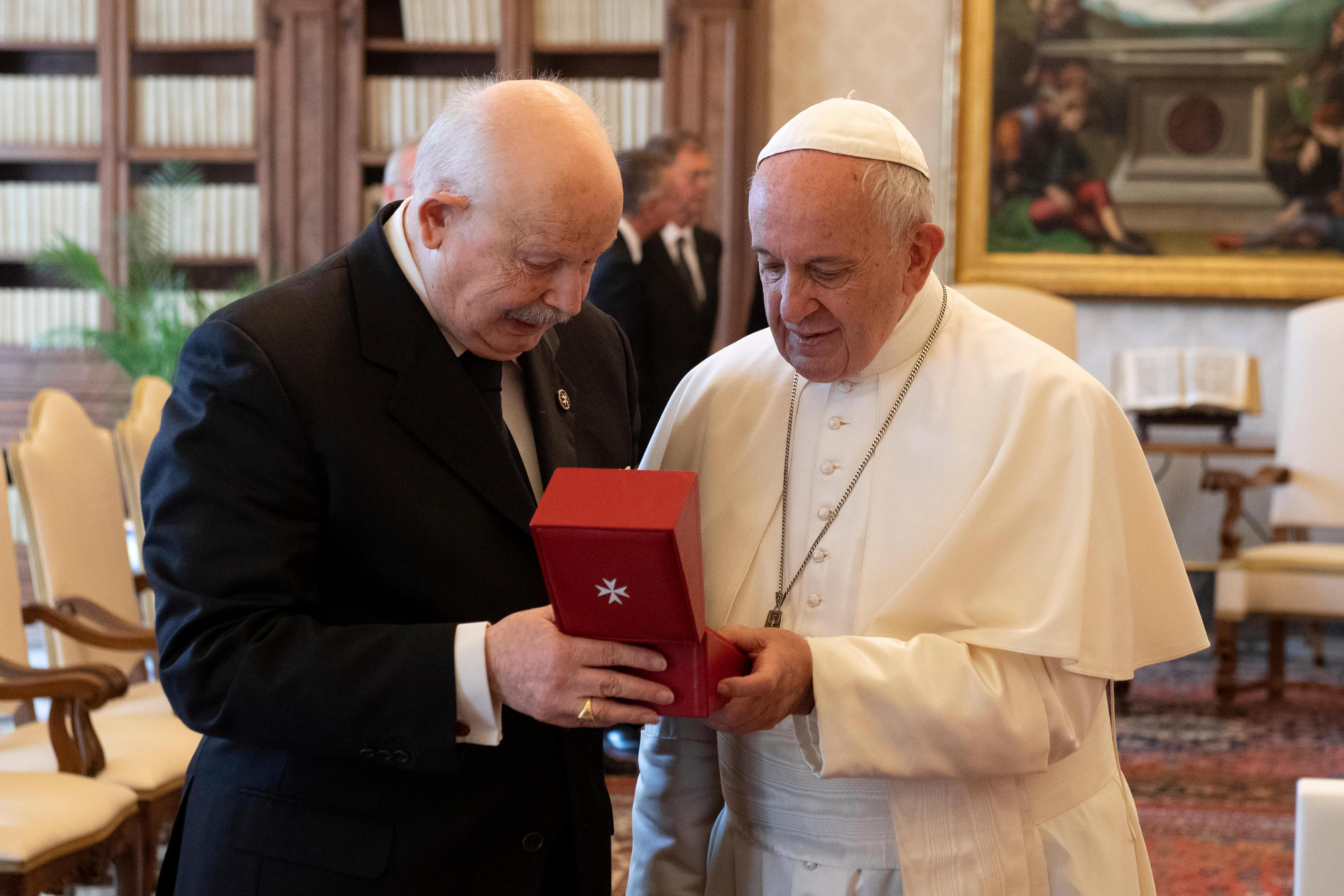 El Papa Francisco recibe un regalo del Gran Maestre de la Orden de Malta © Vatican Media